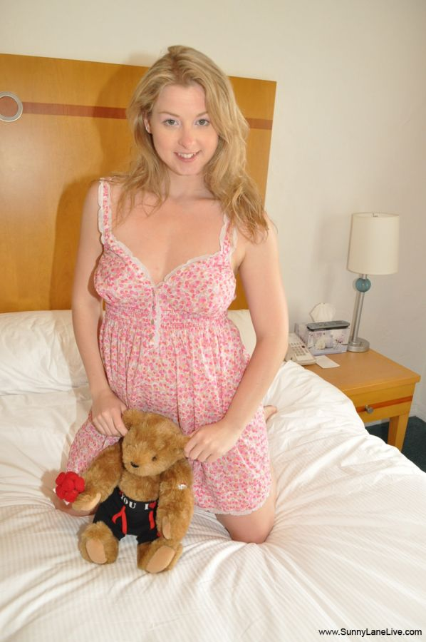 MILF babe in doctor's uniform Sunny Lane shows her sweet cunt  2313931